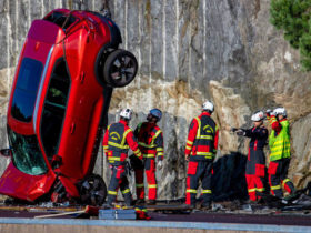 video:-volvo-drops-its-cars-from-a-crane-to-simulate-'extreme-crashes'