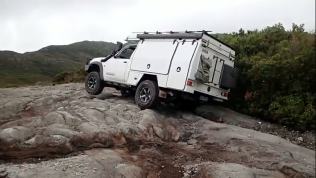 suv-nissan-patrol-turned-into-a-practical-motorhome