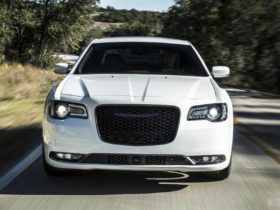 2021-chrysler-300-gets-standard-tech-and-simplified-lineup
