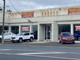 flashback:-holden-dealership-goes-retro-as-stripped-signage-reveals-past-–-update