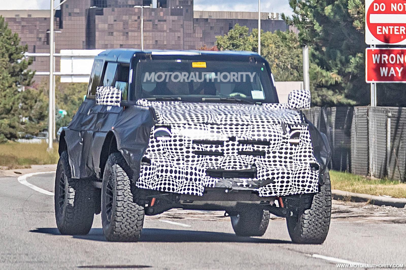 2022-ford-bronco-raptor-(or-warthog)-spy-shots:-baja-blitzing-bronco-gets-ready-to-buck