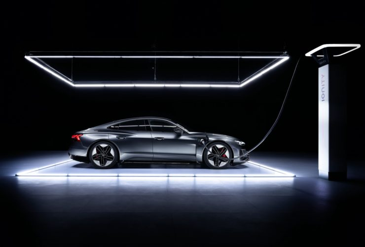 preview:-2022-audi-e-tron-gt-arrives-with-stunning-looks,-rs-flagship