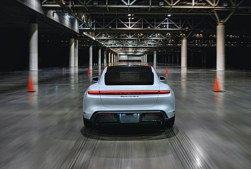 porsche-taycan-does-165-km/h-inside-a-building-–-a-new-guinness-world-record-(w/video)