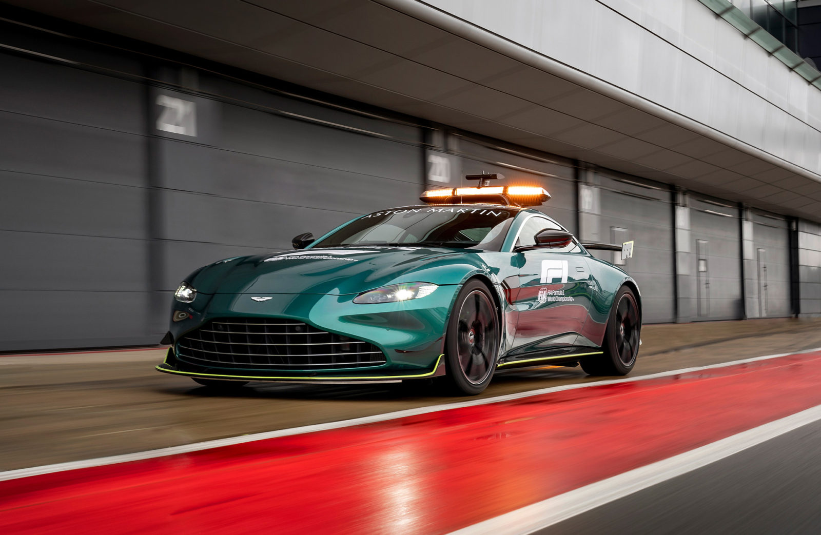 upgraded-aston-martin-vantage-joins-mercedes-benz-amg-gt-as-2021-f1-safety-car