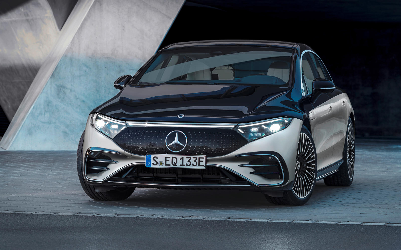 2022-mercedes-benz-eqs-first-look-review:-luxury-goes-electric