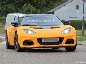 2023-lotus-emira-spy-shots:-last-lotus-with-internal-combustion-engine-spotted