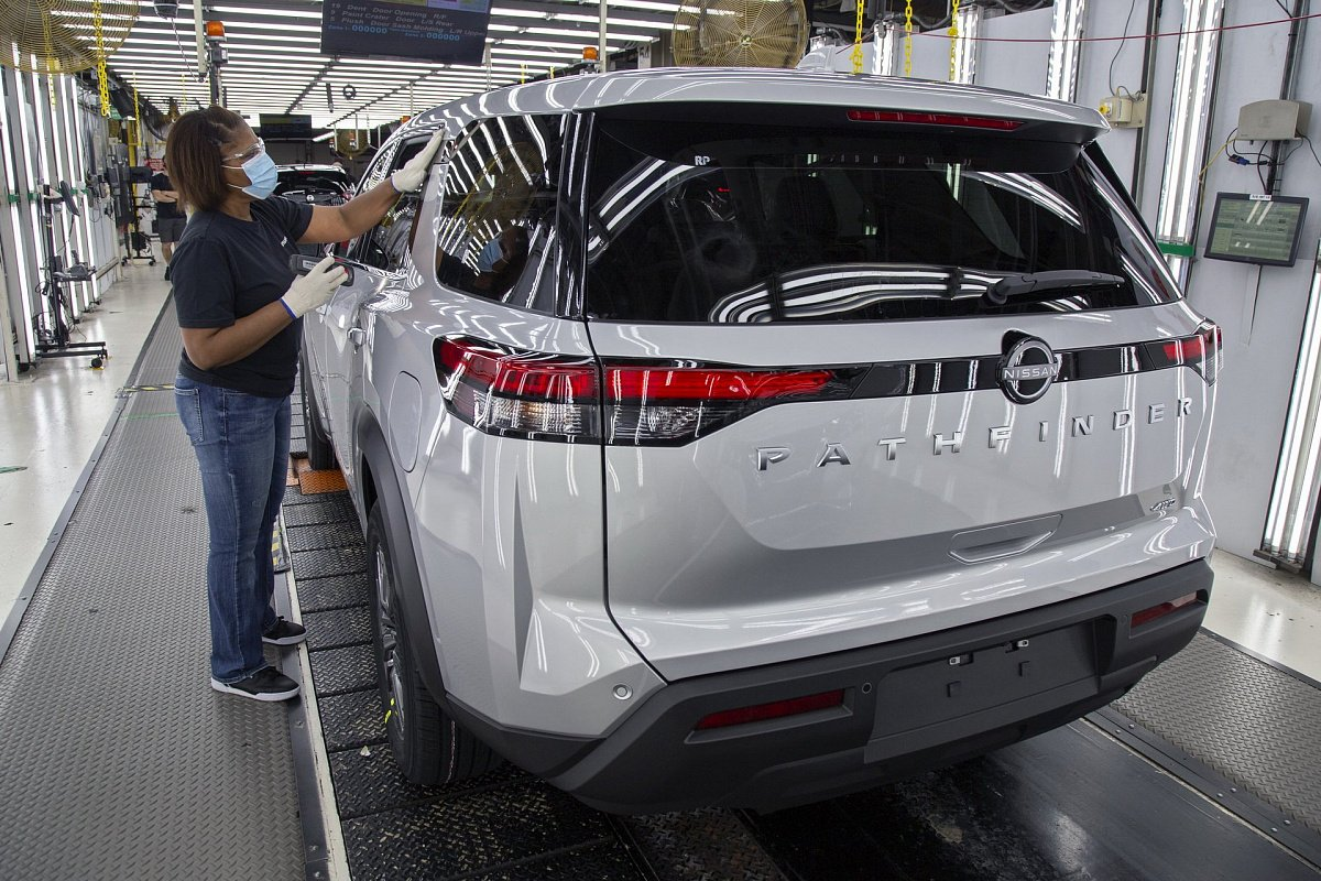 nissan-builds-first-2022-pathfinder-before-hitting-the-market-this-summer