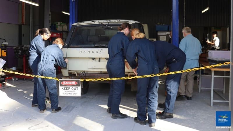 a-group-of-aussie-teenage-girls-are-building-an-electric-range-rover-at-school