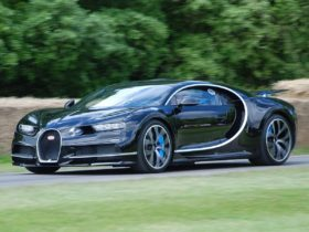 french-hypercar-bugatti-chiron-compared-to-a-formula-1-car-on-a-straight-line