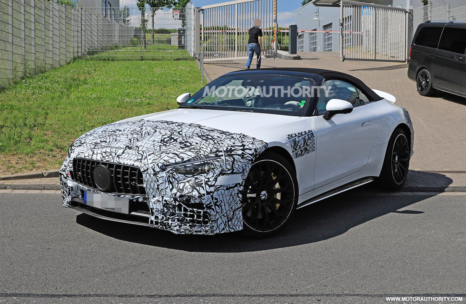 2022-mercedes-benz-amg-sl-roadster-spy-shots:-redesigning-an-icon