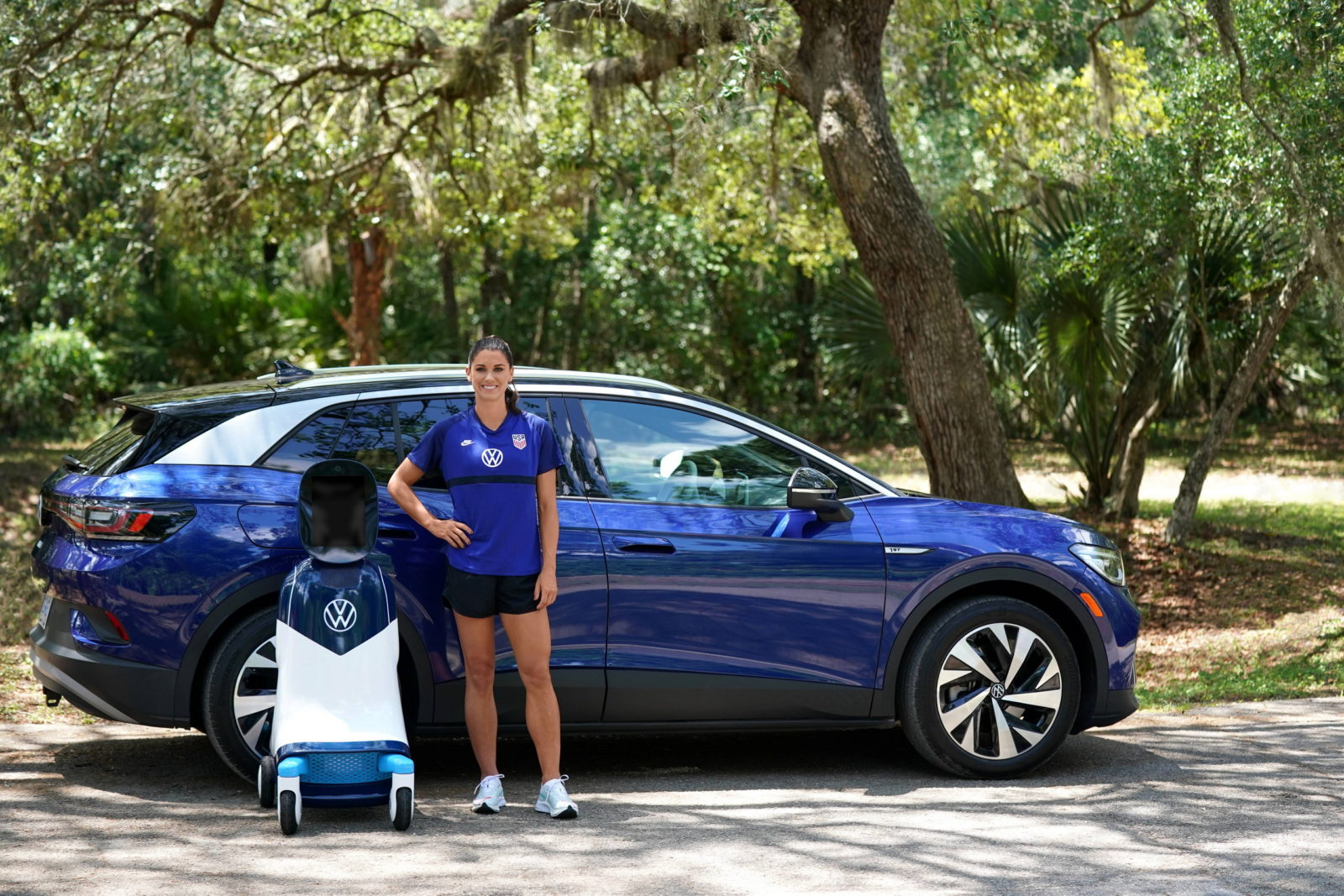 volkswagen-id4-–-inspired-robot-gets-young-soccer-fans-in-the-us.-on-the-field