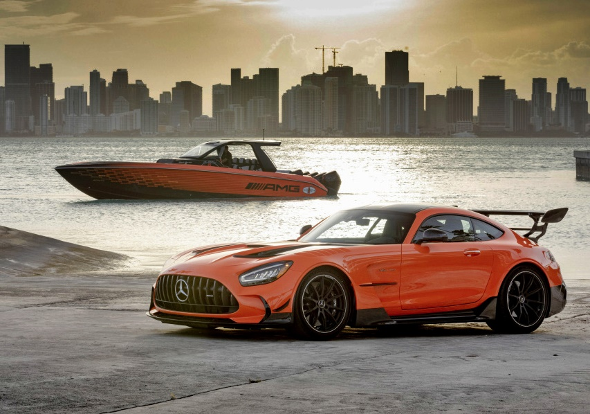 cigarette-racing's-new-high-performance-boat-inspired-by-mercedes-amg-gt-black-series
