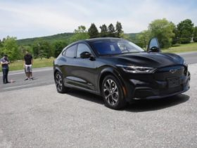 regular-car-reviews-argues-that-the-2021-ford-mustang-is-a-real-mustang