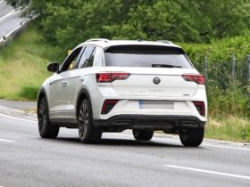 facelifted-2022-volkswagen-t-roc-spied-with-fake-exhaust-surrounds