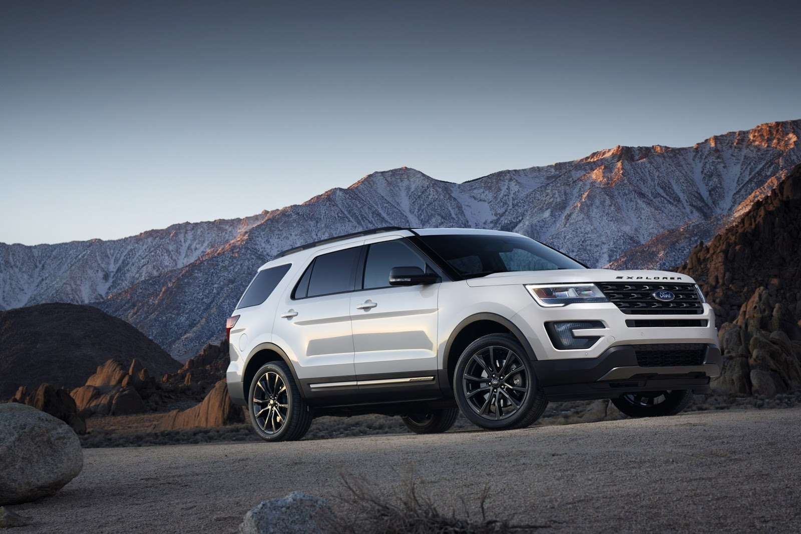 ford-recalls-850,000-utility-vehicles,-pickup-trucks-over-three-issues