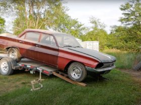 abandoned-oldsmobile-f-85-gets-first-wash-in-25-years,-v8-comes-back-to-life