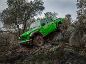 jeep-gecko-paint-and-corning-gorilla-glass-windshield-available-for-gladiator