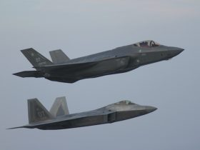 lightning-meets-raptor-for-rare-shot-of-two-amazing-airplanes