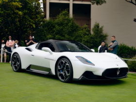 maserati-mc20-brightens-up-the-decor-at-pebble-beach,-looks-great-on-the-lawn