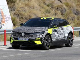 2022-renault-megane-e-tech-electric-spied-benchmarking-against-volkswagen-id.4