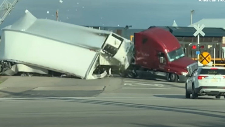 watch-this-train-shred-a-wind-turbine-blade-in-texas-highway-accident