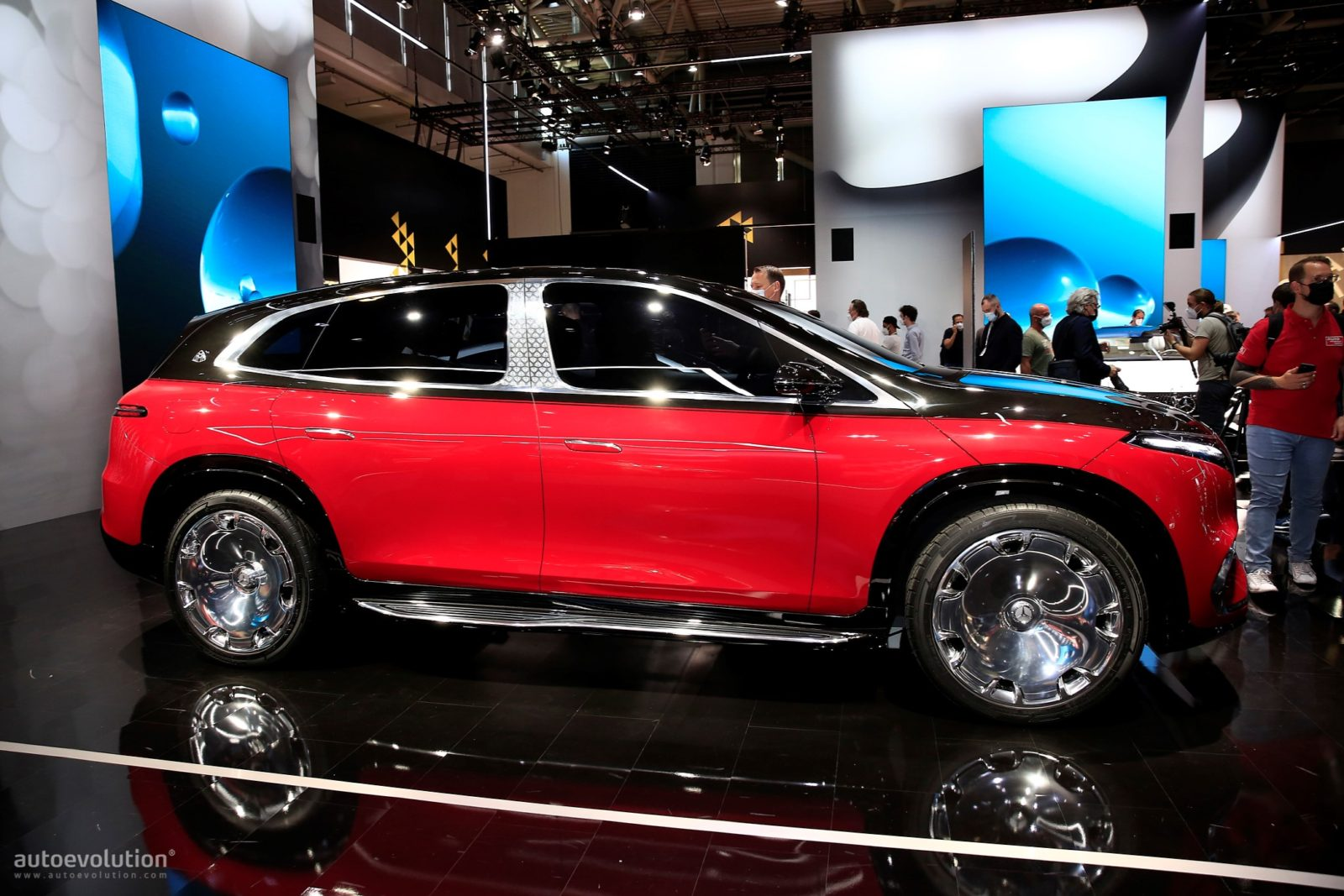 live-pics:-mercedes-maybach-eqs-suv-concept-is-all-electric-decadence-at-iaa-2021