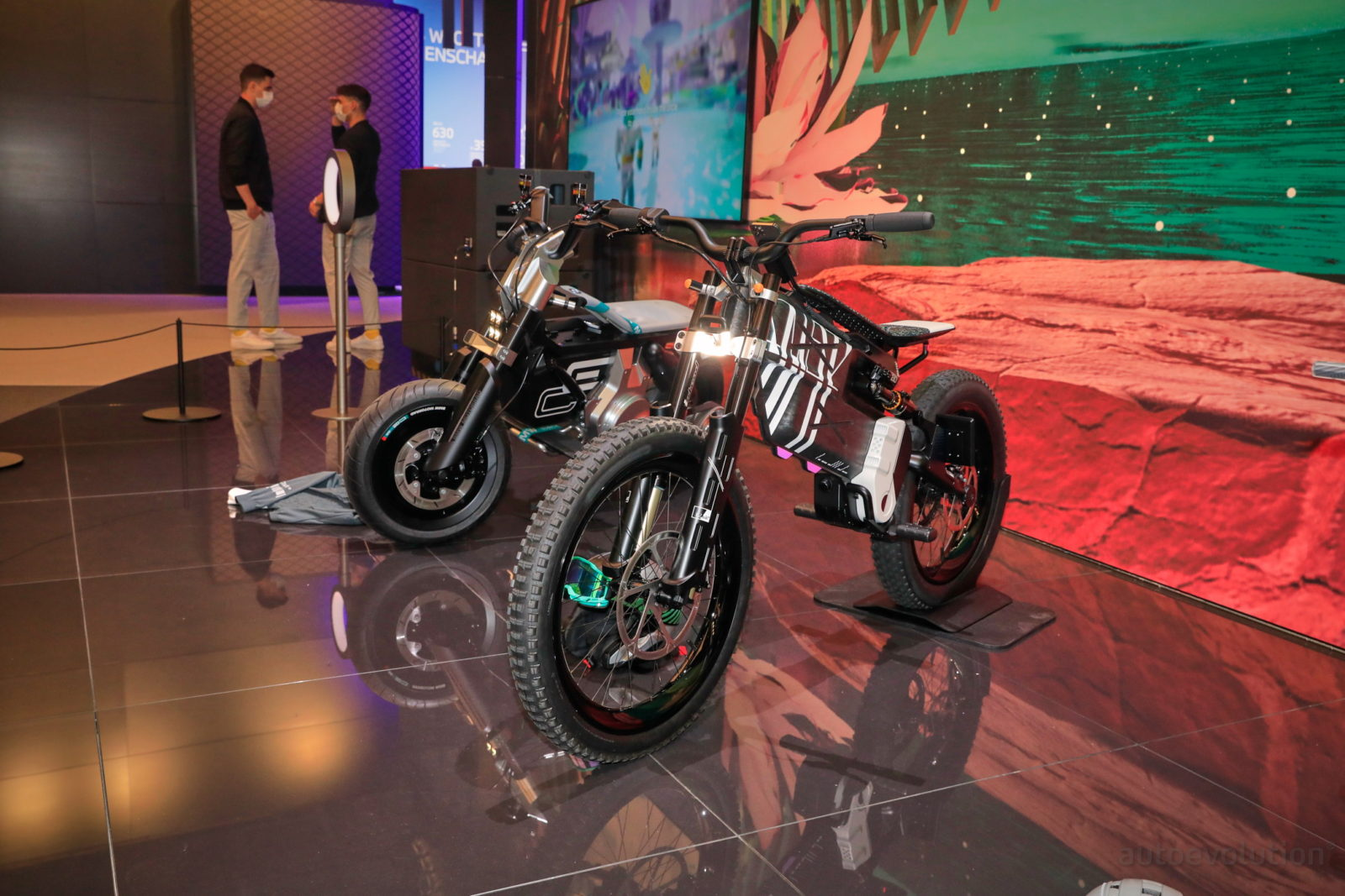 live-pics:-bmw-i-vision-amby-and-bmw-motorrad-vision-amby-shown-side-by-side