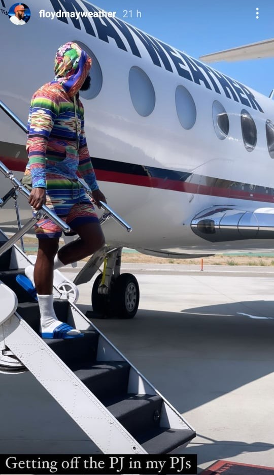 floyd-mayweather-gets-off-his-private-jet-in-pjs,-because-that's-just-how-he-rolls