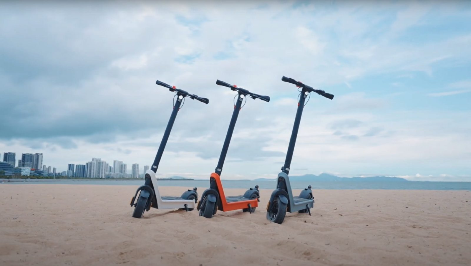 minimalist-looking-komeet-x9-e-scooter-promises-a-range-of-62-miles-on-a-single-charge