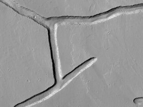 mysterious-fractures-look-like-someone-is-writing-hiragana-on-the-surface-of-mars