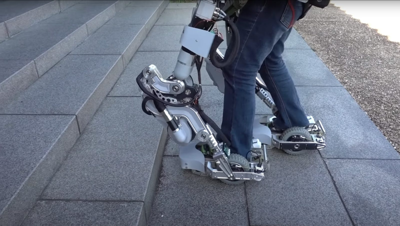 powerful,-transformable-robotic-suit-was-built-to-help-you-carry-heavy-objects