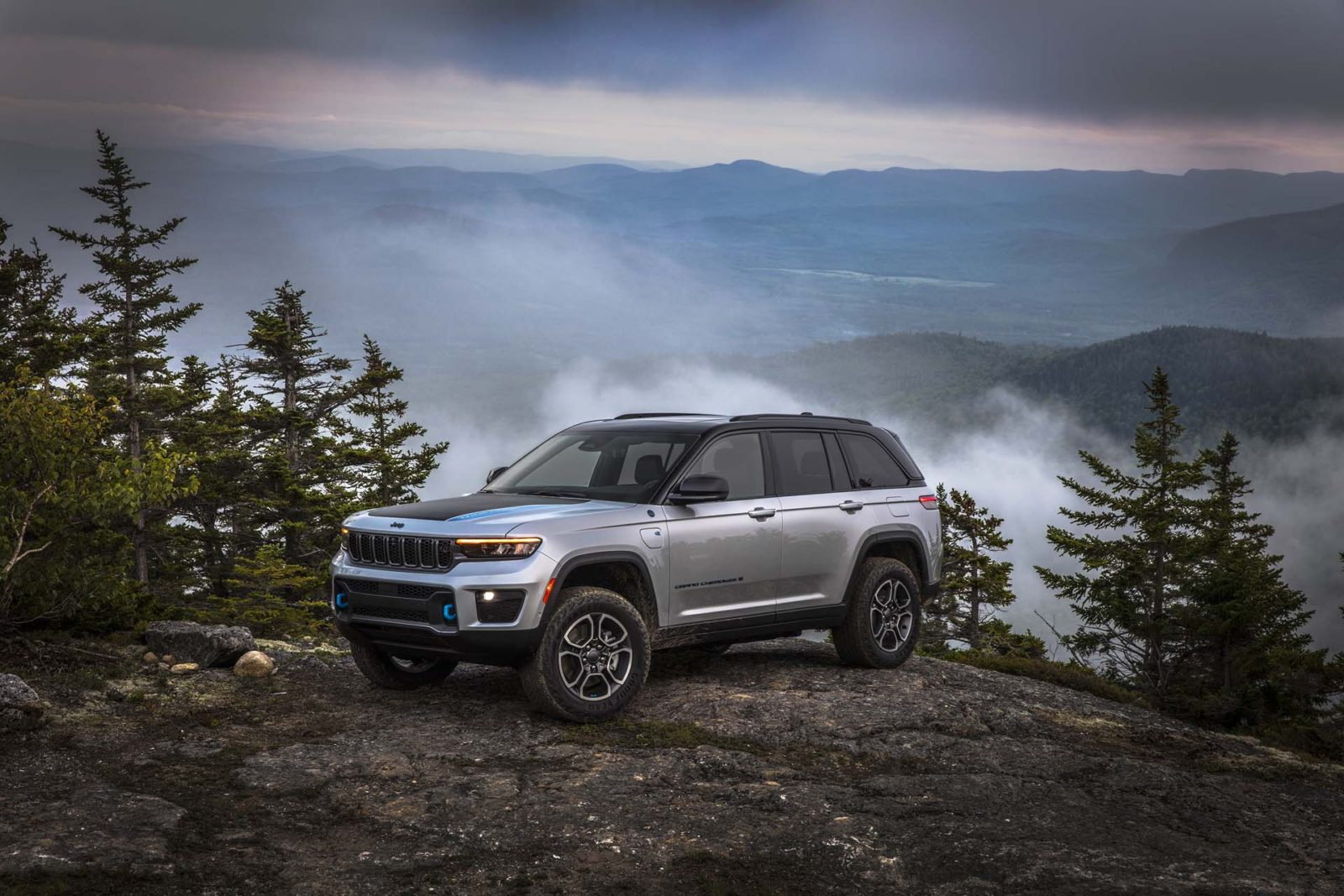 preview:-2022-jeep-grand-cherokee-2-row-debuts-with-4xe-plug-in-hybrid,-v-8-options