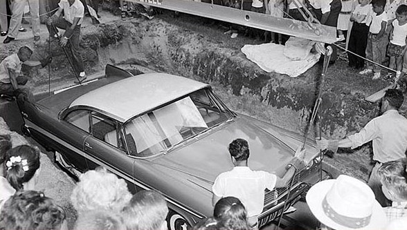 the-story-of-miss-belvedere,-a-car-buried-for-50-years-in-front-of-a-courthouse