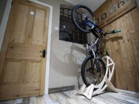 simple-but-genius-bike-stand-is-a-floor-space-saver,-lets-you-store-your-bike-vertically