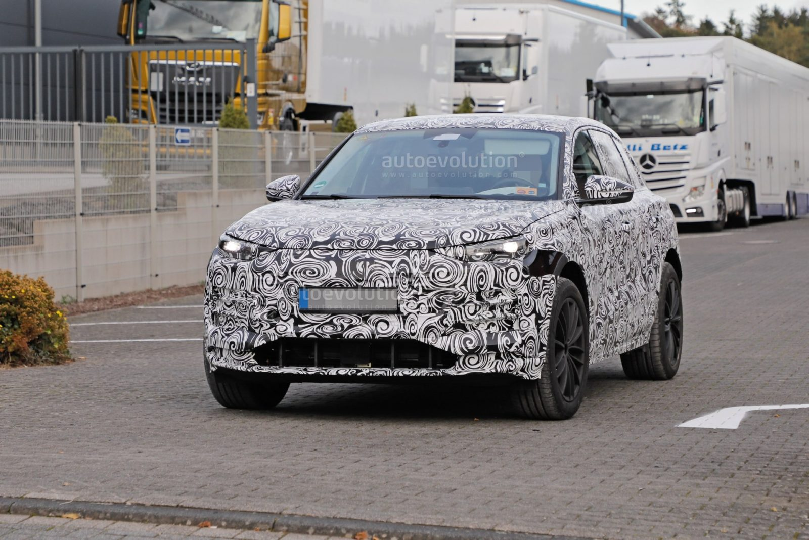 2023-audi-q6-e-tron-prototype-spied-wearing-full-camouflage,-set-for-2022-reveal