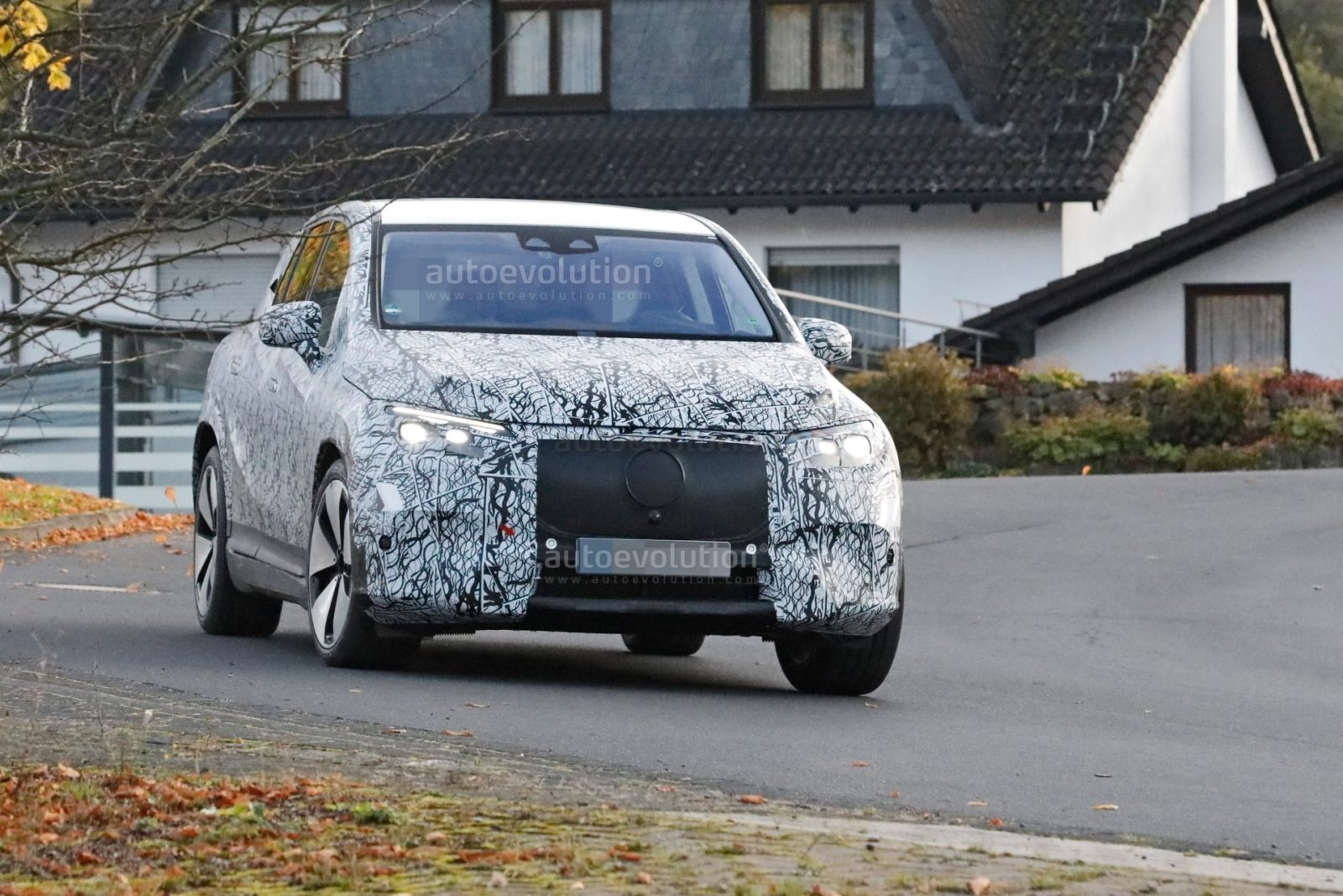 2023-mercedes-eqe-suv-spied-for-the-first-time,-wears-big-wheels-with-pride