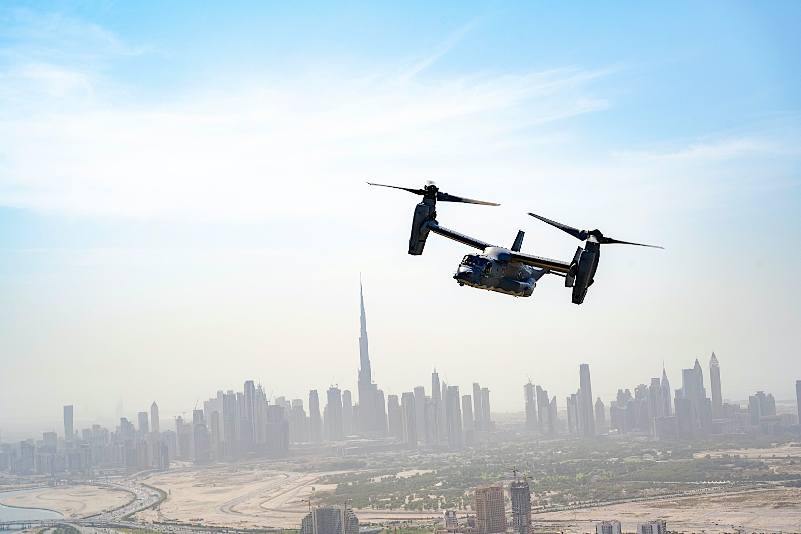 cv-22-osprey-flying-over-dubai-in-chase-mission-looks-like-a-scene-from-call-of-duty