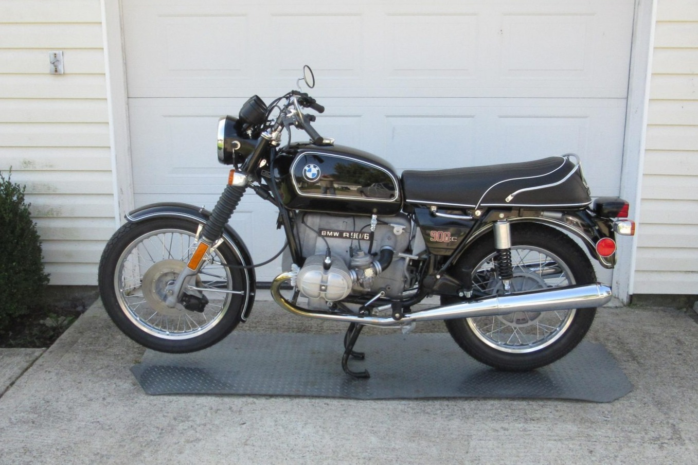 restored-1974-bmw-r90/6-boasts-flawless-upholstery,-sits-on-aftermarket-shocks